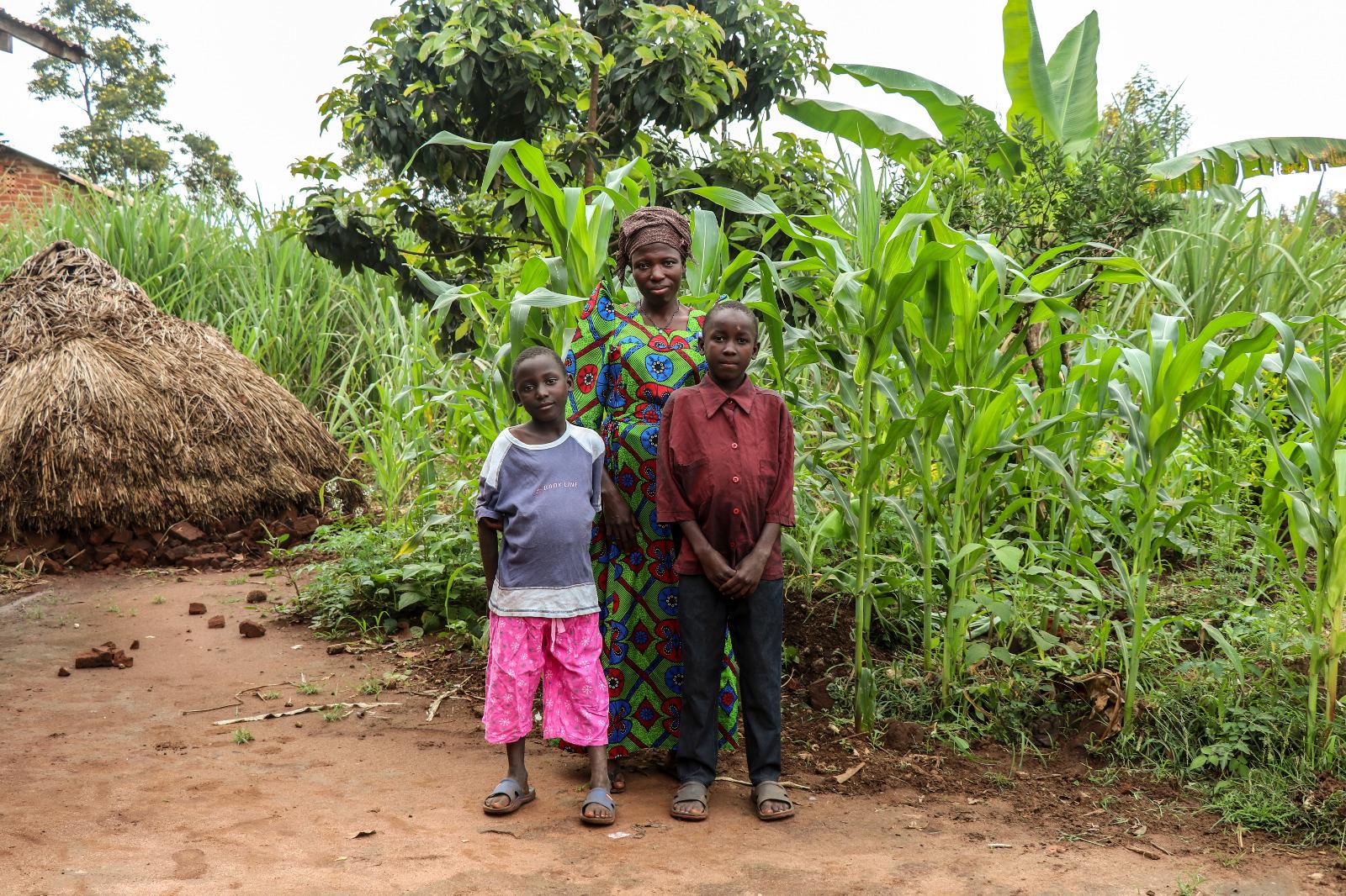 Estudiantes de Luuka con su família.