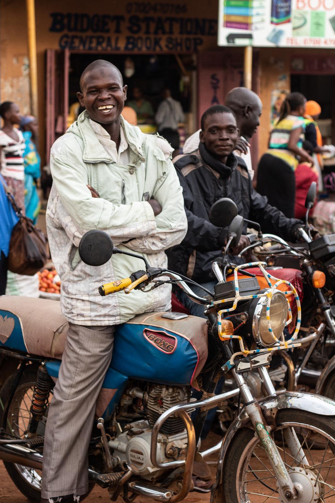 Conductor de boda boda, una moto taxi y uno de los principales medios de transporte del país.
