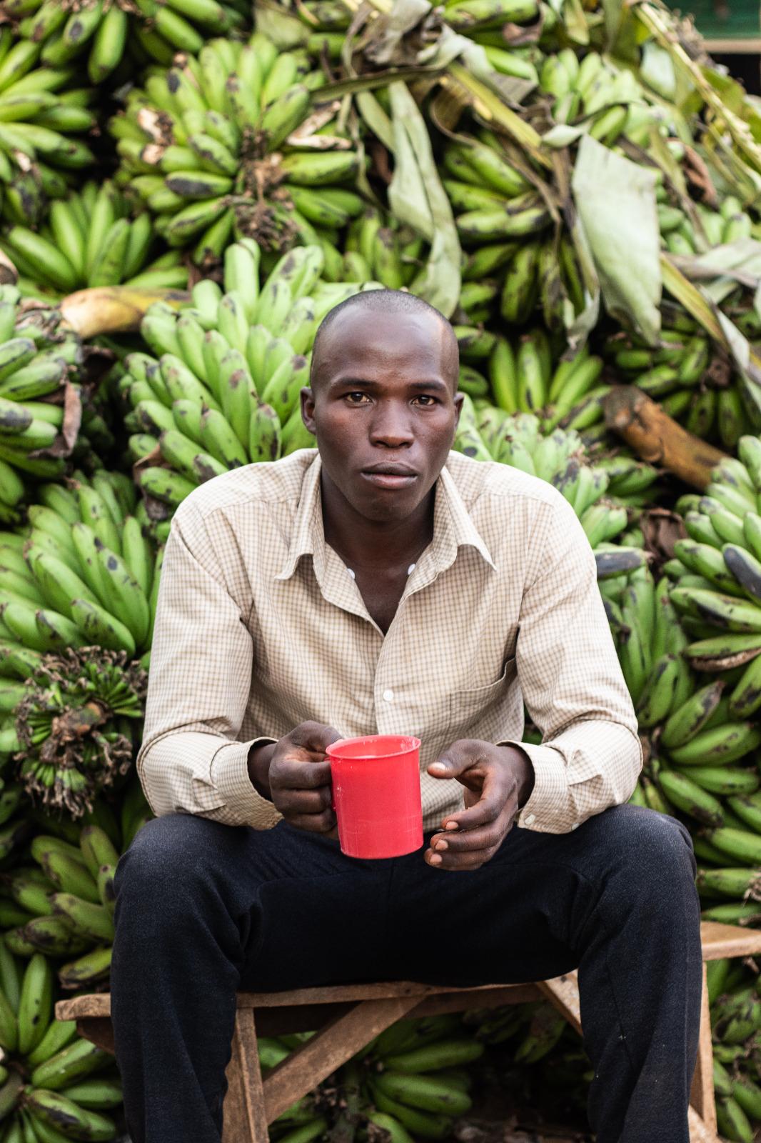 Vendedor de matoke (plátano verde) del mercado central de la ciudad de Iganga.