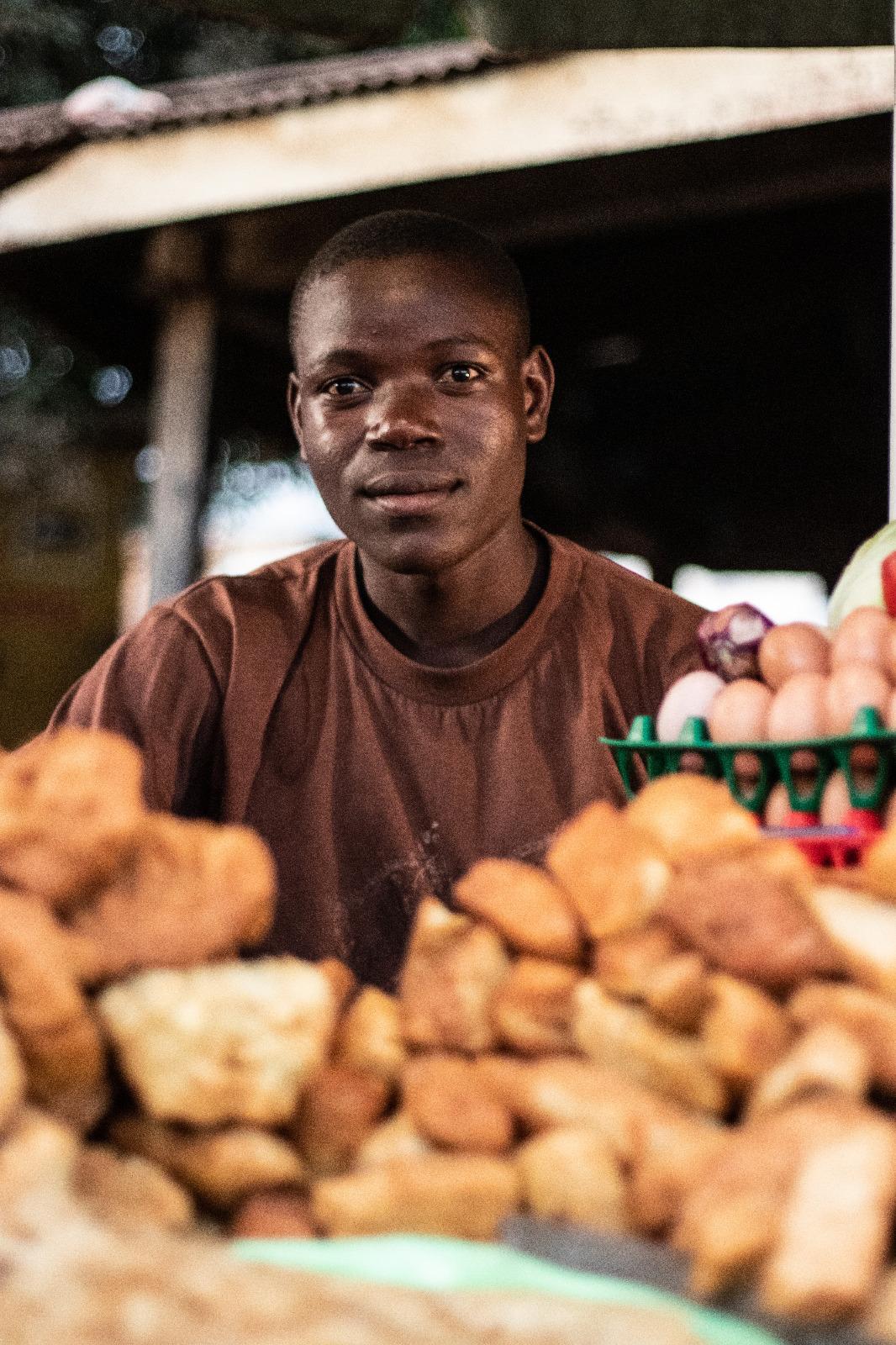 Vendedor de mandazi, un dulce típico del país en su parada callejera.