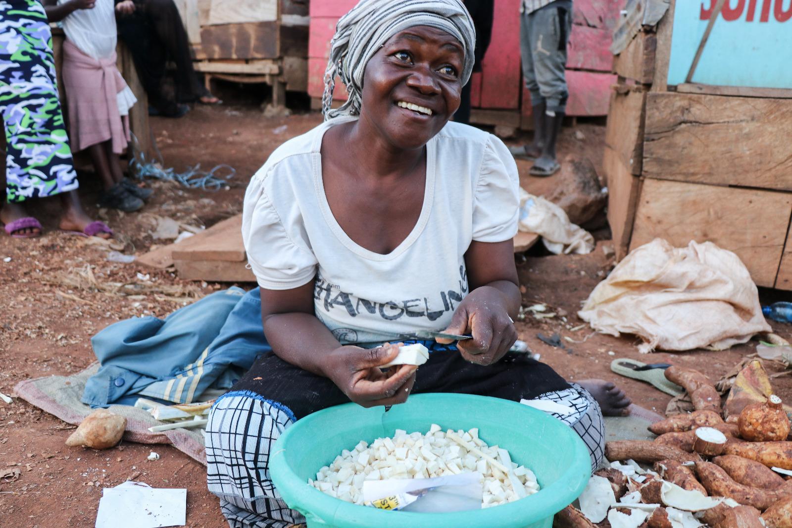 Vendedora de casava en el mercado local de la ciudad de Iganga.